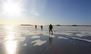 Det är alltid säkrare att åka eller gå med flera andra på isen.