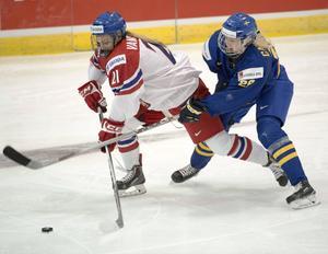 Tjeckiens Tereza Vanisova och den svenska målskytten Olivia Carlsson under VM-premiären i Kanada.