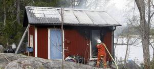 En nyrenoverad byggnad, inrymmande tvättstuga och förråd, totalförstördes vid en brand på fredagseftermiddagen.
