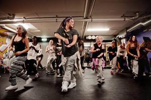 Dansglädje. Eleverna i medel- och avancerad klass kör simultan dancehall. De har precis lärt sig stegen, men de sitter redan. Eve Redstorm Perez är gruppens ledare.Foto: Veronika Ljung Nielsen