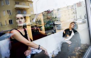 Så hår såg det ut i skyltfönstret till frisersalongen Wicked Lounge i Bollnäs på lördagseftermiddagen.