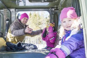Tora Edman Bergström (närmast kameran), Johan Edman och Zvea Lyselle passade på att ta en tur med bandvagnen.