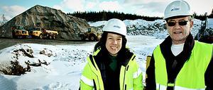 """SPÄNNANDE. Maribell Lindström som bor i Järbo har anställts av Arise Windpower som projektadministratör. """"Det känns jättespännande, det här är jättestort för hela området och många företag kan dra nytta av etableringen"""", säger hon medan hon visar runt i parken. Rolf Landström är projektledare för Ockelbo kommuns egna vindkraftsprojekt."""
