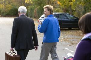 Advokat Mats Johnsson (t v), den då 44-årige Ulf Borgström efter häktningsförhandlingen den 12 oktober 2008.