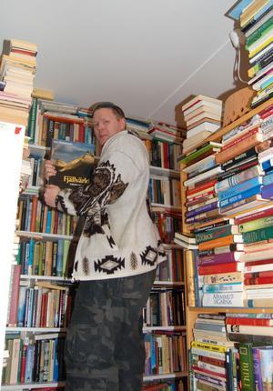 Magnus Olsson vet precis var han har sina böcker som han säljer via Internet på det gamla soldathemmet i Åsen där han har 5 500 böcker.