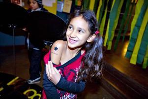 KVÄLLENS TATUERARE. Veronika Andersson, 8 år, har Naturskyddsföreningens symbol falken på högra armen. Nu ska hon hjälpa fler barn att få en tatuering, som man kan tvätta bort.
