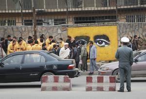 Art Lords målningar livar upp en annars grå och krigsmärkt exteriör i Afghanistans huvudstad Kabul.   Foto: Art Lords/TT