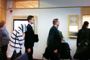 Kvinnan från Hofors på väg in i rättssalen tillsammans med sin advokat Sam Heino.