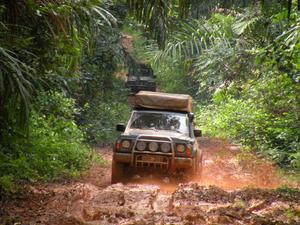 Expeditionen går ofta genom väglöst land i lera, torka och stekande sol.