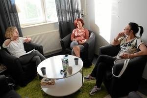 Stämmer av. Erika Föllinger, Catrin H Karlsson och Ylva Jönsson stämmer av inför nattvandringen på skolavslutningen.