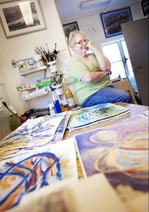 Gunnel Lundholm ägnar sig som nybliven pensionär åt en av livets passioner – måleriet. Foto: Håkan Luthman