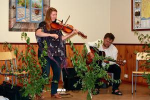 Jeanett och PeterRousu musicerade.