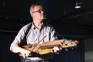 Även kulturskolans lärare tog till instrumenten. Här Sverker Åkered på nyckelharpa.
