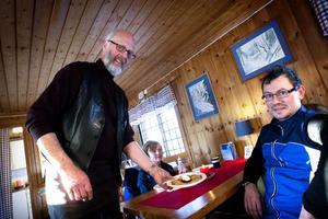 Sten G Johansson serverade våfflor på löpande band. Tobias Heldt lät sig väl smaka efter ett par timmar i spåren på Ljungåsen. I bakgrunden skymtar Vincent Heldt Cassel, som förra året spurtade hem en förstaplats vid skidtävlingen Slaget vid Brunnbäck på Brovallen i Krylbo.