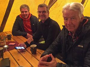 Henrik Nylund och Mats Erlander från Bra Fjäll tog en fika i tältkåtan tillsammans med projektledaren Lullen Hoflin.