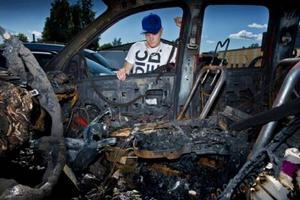 Jimmy Smedjeborg tittar in i resterna av sin Dodge van.