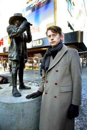 Glad. Carl Bergström är glad åt att statyn Vallpojken finns på plats på Stortorget, efter ett och ett halvt år.