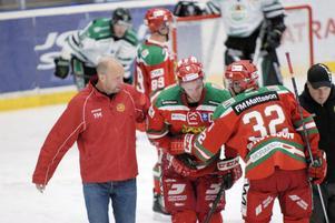 Tomas Larsson är van att få smällar. Här hjälps han av isen från mötet med Rögle av MIK-läkaren Tomas Marnéus och naprapaten Jani Mielonen.