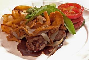 Portionsstekt fläskfilé med lökbrynta kantareller, lätt att laga och underbart gott att äta.