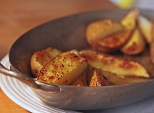 Ugnsrostade potatisklyftor med finhackad chili och salt smakar alltid gott till grillat.