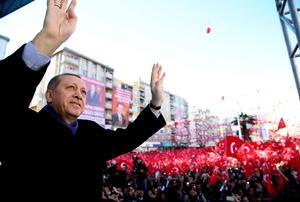 Turkiets president Recep Tayyip Erdogan vinkar till åhörarna efter ett tal.