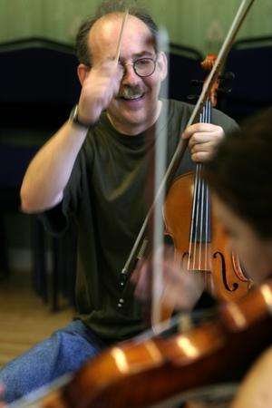 Dubbla roller. Henry Gammelgård framträder både som dirigent och kompositör i konserten i Kristinehallen i Falun på lördag. Men den här gången får hans viola vila. Foto: THOMAS FAHLANDER
