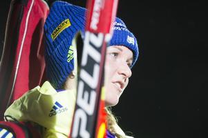 Mona Brorsson fick en tung start på sprinten med stavbrott i första backen. Sedan lyckades hon skjuta fullt och får starta även i söndagens jaktstart.