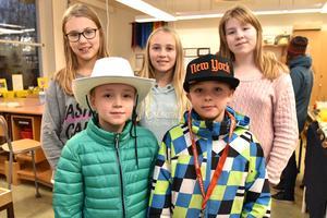 Ester, Alice, Linnea, Noel och Viktor tillverkade torrtuvor som de sålde för tio kronor inne i textilslöjdssalen.