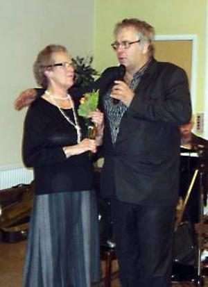 Ruth Ljungberg belönades för sina insatser i Ragunda hembygdsförening. Pelle Bergvall överlämnade priset. Foto: Karl-Erik Hoflin