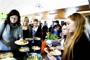 Nytt kök. Sedan Perslundaskolans kök började laga maten själv tycker elever                           och personal att den har blivit godare.