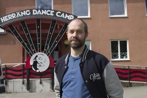 Philip Brandin understryker att det är mer än bara själva danserna man får lära sig på Herräng Dance Camp, mycket tid går även till att diskutera dansernas historia och kultur. Foto: Louise Frilund.