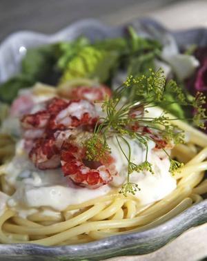 Kräftpasta. Skalade kräftor och rotfrukter i en välkryddad ostsås smakar gott till pasta.
