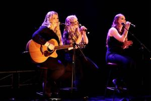 Sanna Magnusson, Gölin Hällberg och Ingrid Hällberg i Arve bjöd på fin stämsång. De vann Sensus-priset och får en heldag i studion.
