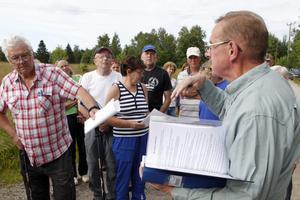 Dick Persson, till höger i bild, ledde byavandringen.