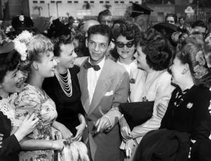 Sinatra fick sitt stora genombrott med Tommy Dorseys dansorkester 1940. 1943 inleder han sin solokarriär som sångare och skådespelare och beundrarna flockades.