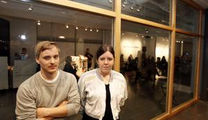 De lyckliga stipendiaterna som ursprungligen båda kommer från Sandviken: Jonas Westlund, 29, och Angelica Falkeling, 23.– Konstnärer är den enda yrkesgruppen som själva definierar hur de utformar sitt yrke, kommenterar Angelica.