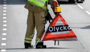 Polis, ambulans och räddningstjänst har larmats till olyckan.