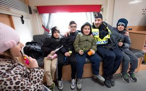 Polis och kommun möter medborgare på charmoffensiv i Lina. Mikael Alfredsson delar ut gruppkram.