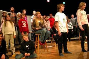 Se på oss. Åkerö skolas femteklassare känner sig redo inför morgondagens musikalpremiär