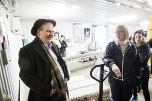 Kinsta hönsgårds delägare Susanne Mårtensson samtalar med landsbygdsminister Eskil Erlandsson inne på gårdens packeri.