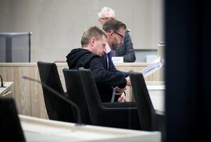 Jan-Erik Brandt (närmast kameran) i Örebro tingsrätt 2014 i samband med att han ansökte om att få sitt livstidsstraff tidsbestämt.