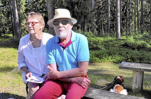 njöt. Gerd och Lars Elvermark gillade vad de hörde. Hunden Nisse vände dock ryggen till.