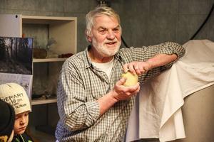 Alf Andersson med slutprodukten, honung på burk, färdig för försäljning.