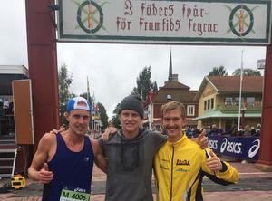 Jocke Lantz, fyra på 45 km och Elov Olsson, åtta på 90 km flankerar coachen och vätskelangaren Johan Lantz efter målgången i Mora.