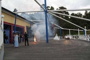 Paret kom i en stor vit limousin, sedan avfyrades fyrverkerier.