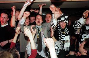 Mars 2000: SAIK har besegrat Hammarby i SM-finalen och firandet går som vanligt vilt till.