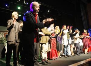 Ensemblen, med regissören PO Andersson i spetsen, tackar publiken efter premiären av Frysboxen.
