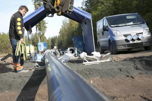 """Hösten 2015 var Eskil Olsson från Lindesbergs Grus och Maskin med och byggde vattenledningen mellan Blötberget och Grängesberg. En """"tillfällig ledning"""" som kostade Spendrups cirka tio miljoner."""