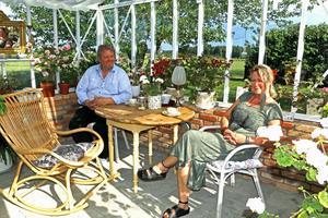 - I växthuset känner jag total harmoni, säger Carina Jakobsson. Här tillsammans med sambon Mikael Fors.