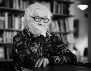 Bland minnena. Erland Josephson har slutat på Dramaten, men kärleken till teatern lever vidare. På sitt kontor i våningen i Stockholm sitter han och läser manus och reflekterar över sitt långa liv. Foto: Kjell B Persson